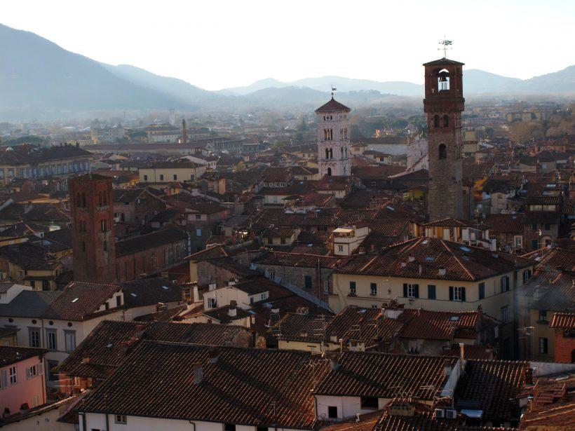 Se avete solo un weekend a disposizione potete optare per una gita a Lucca, splendida città medievale racchiusa tra mura cinquecentesche ancora intatte. Qui sotto trovate 5 cose da vedere assolutamente in questa città!
