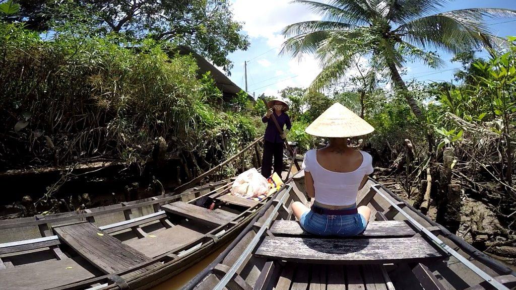 in barca sui canali minori del delta del mekong