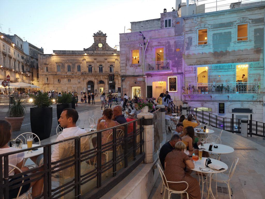 Piazza della libertà di sera a Ostuni