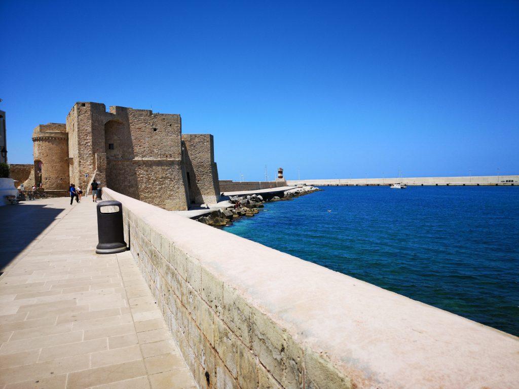 Castello Carlo V e longomare di Santa Maria
