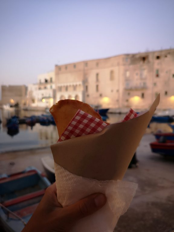 panzerotto take away con vista sul porto di Monopoli