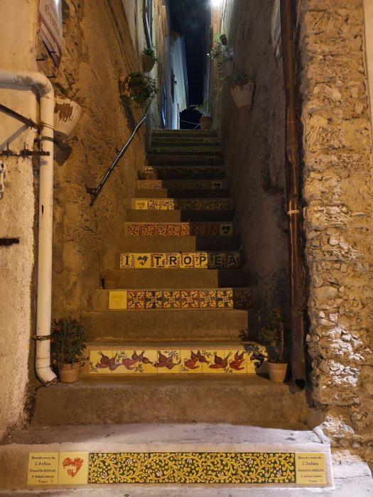 scalinata con ceramiche tropea